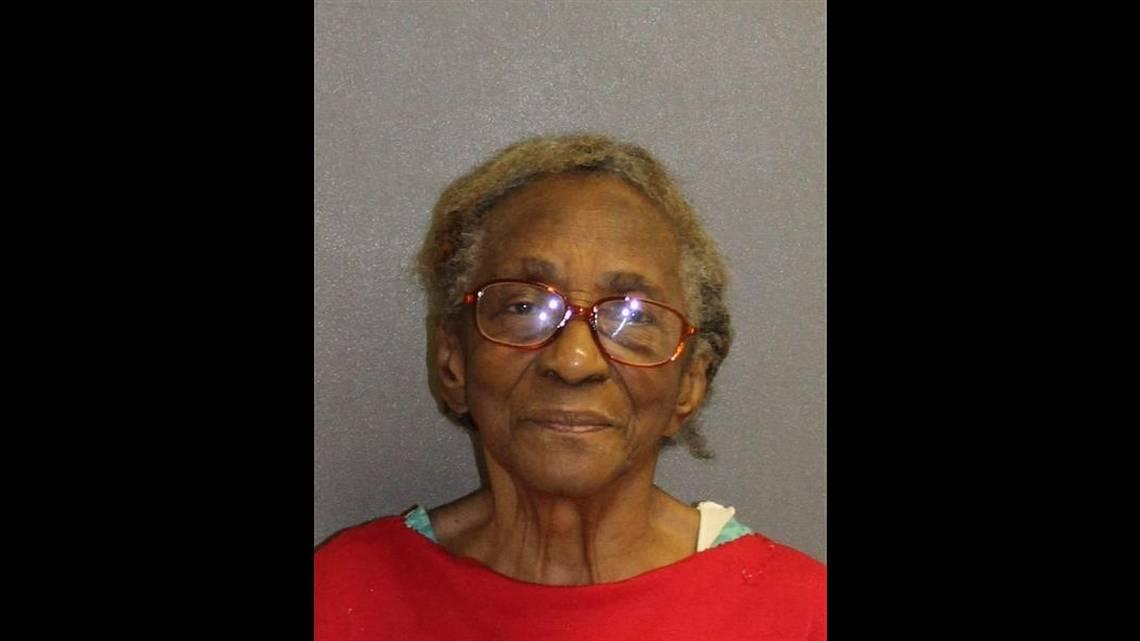 Nonna di 95 anni arrestata: ha schiaffeggiato la nipote in faccia con una pantofola