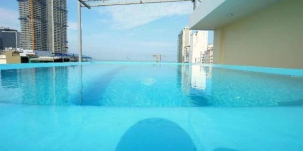 Sceglie l'hotel colpita dalla foto della piscina, ma scopre che la realtà è diversa