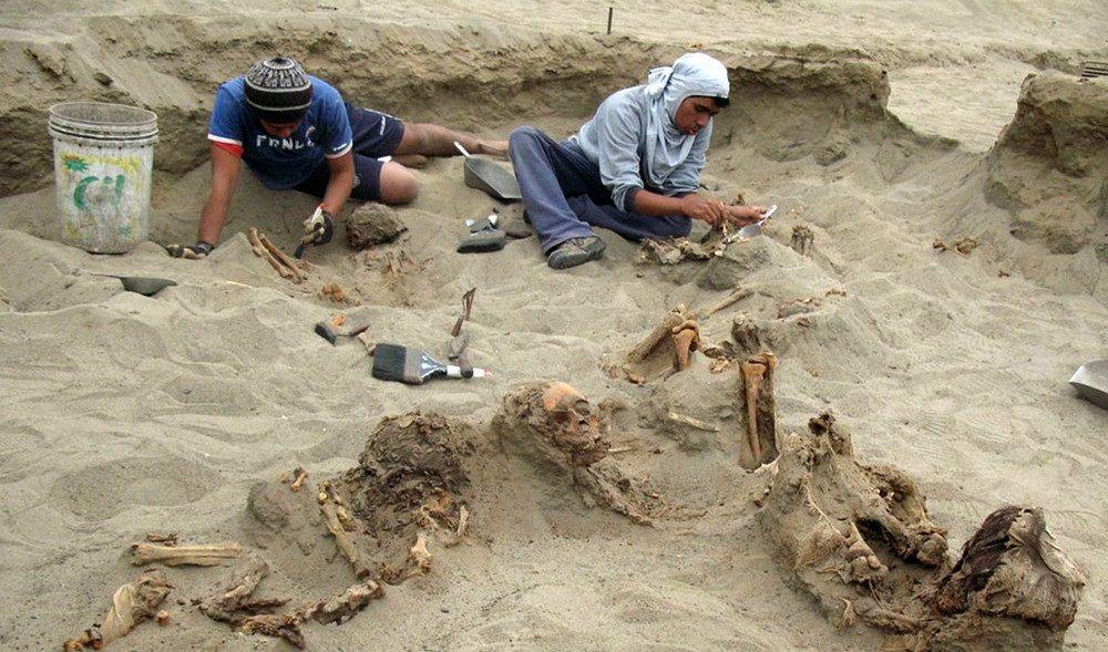 Sacrificio rituale di bambini in Perù: scoperta fossa comune con 140 corpi e lama
