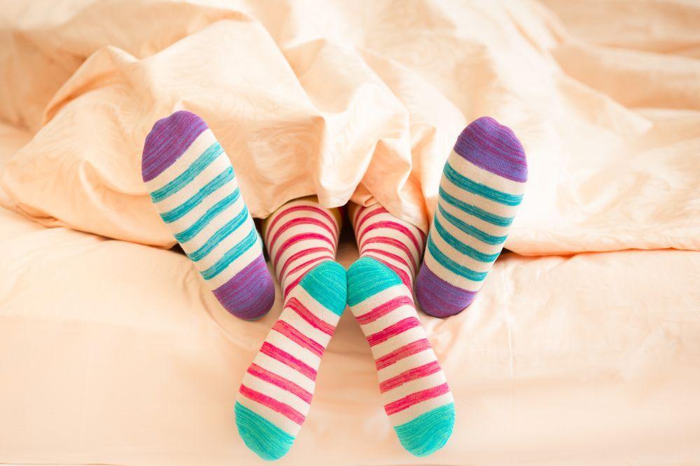 Indossare le calze a letto aiuta l'orgasmo, lo studio che arriva dall'Olanda