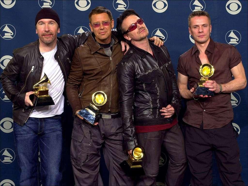 Bono degli U2 cade dal palco durante un concerto a Chicago