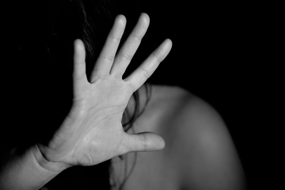 Picchia e violenta la moglie poi ordina al figlio di 4 anni di accoltellarla