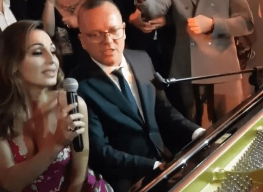 Anna Tatangelo e Gigi D'Alessio di nuovo insieme cantano a un matrimonio