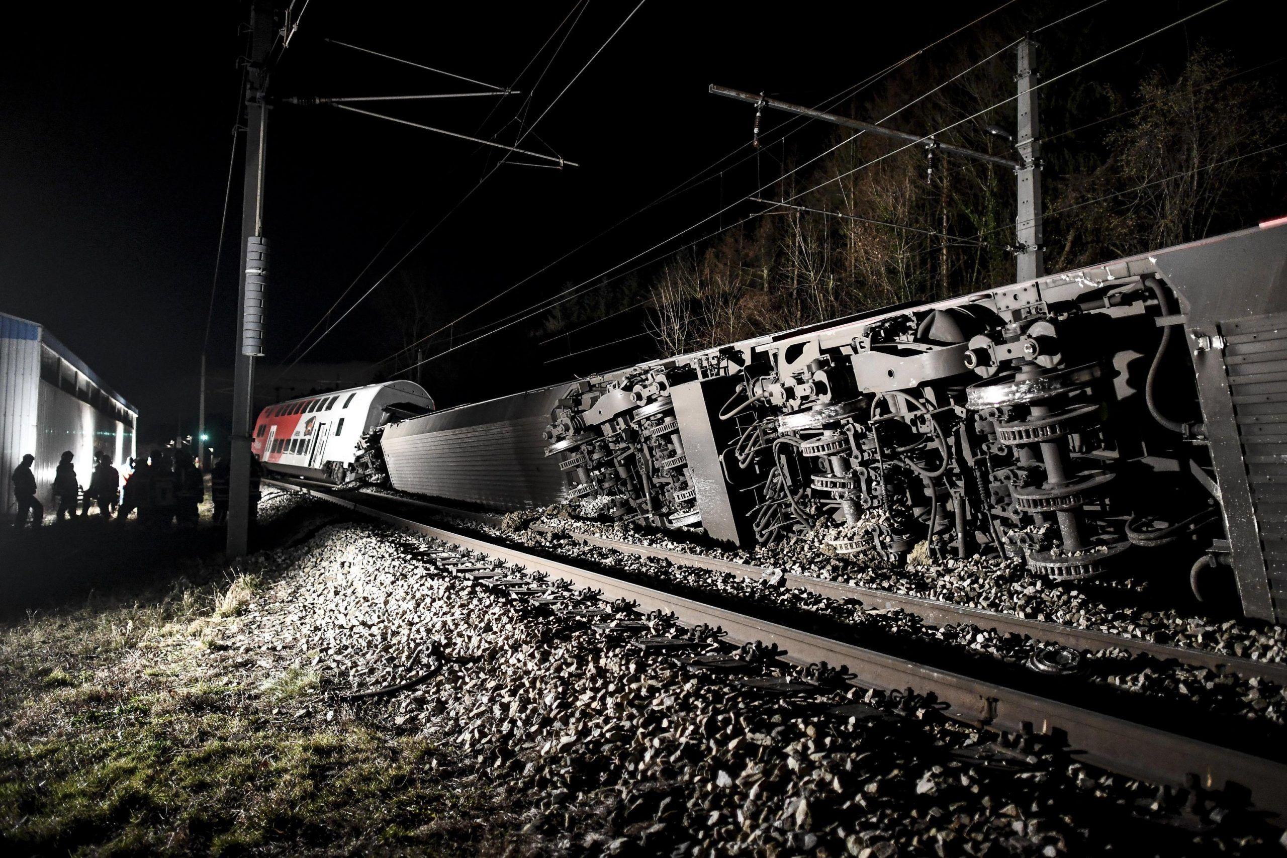 Austria, incidente ferroviario treno deragliato, due vagoni capovolti