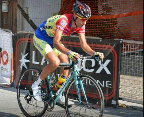 Ciclista italiano, Danilo Celano, sfigurato dalla puntura di una vespa