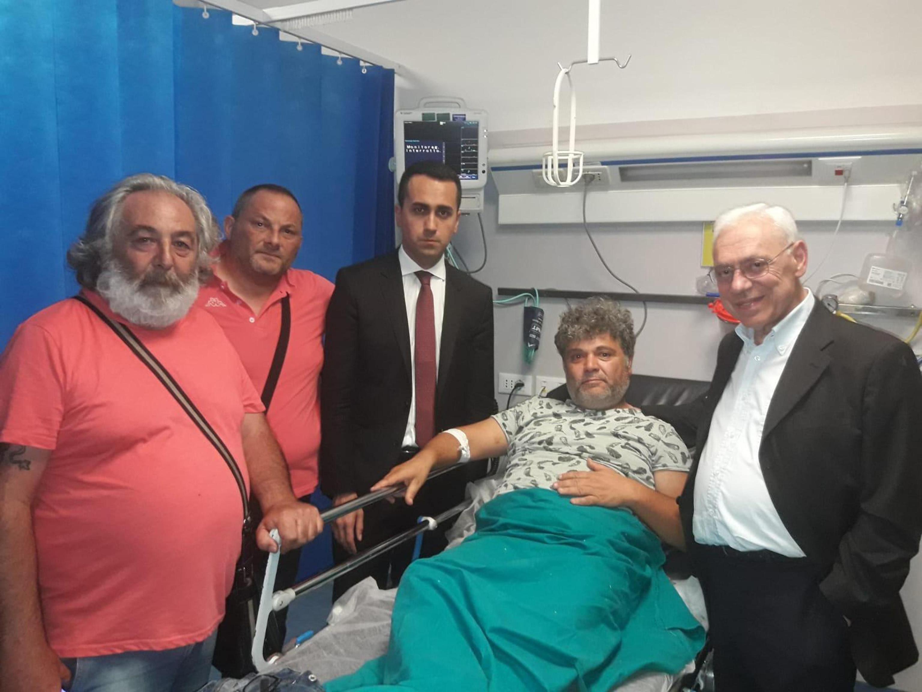Operaio licenziato si cosparge di benzina sotto casa Di Maio, il ministro lo incontra in ospedale