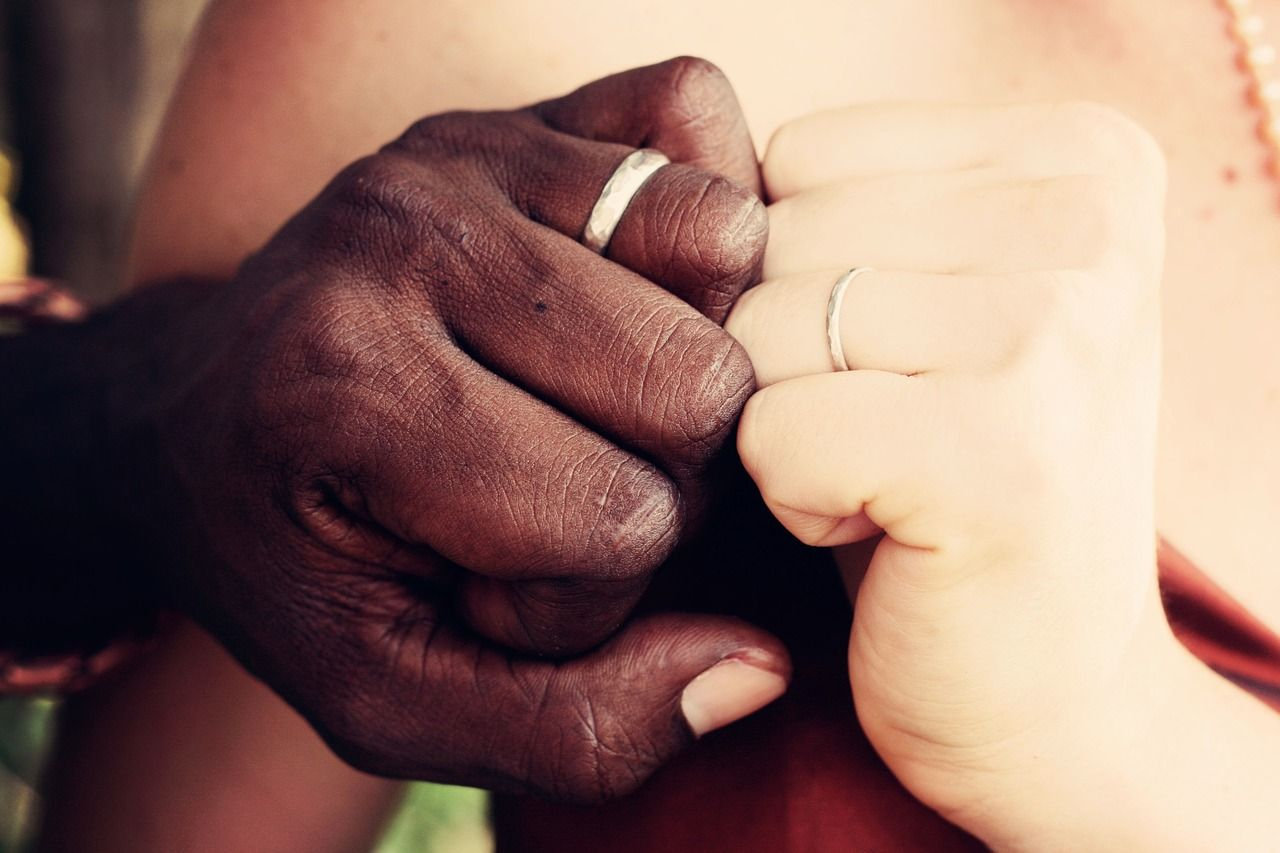 Diane a 60 anni sposa un 26enne lui viene ucciso, lei rimane senza soldi