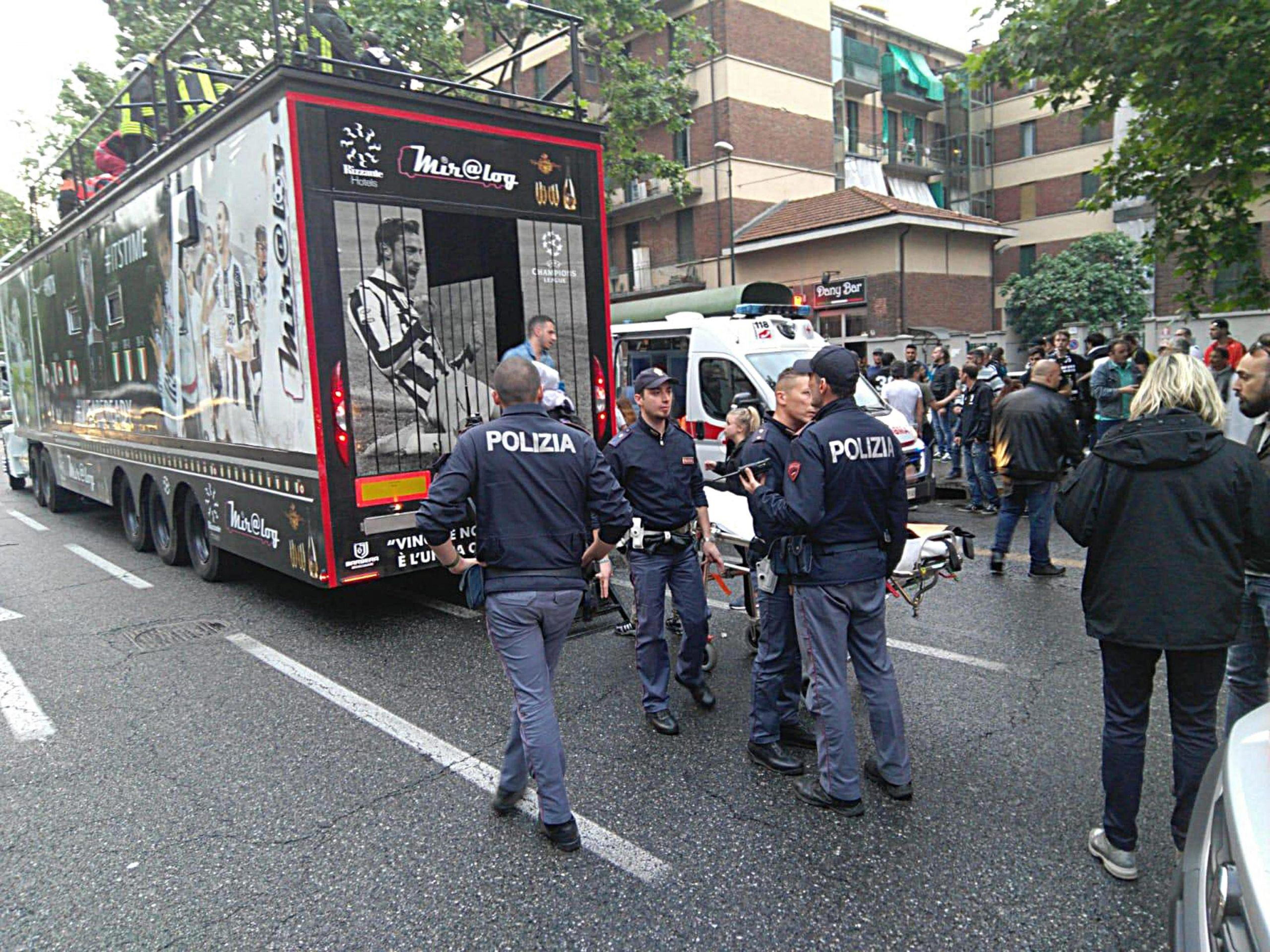Festa della Juve: camion di tifosi rimane incastrato tra i fili del tram