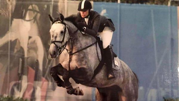 Muore suicida ex campionessa di equitazione lanciandosi da un cavalcavia