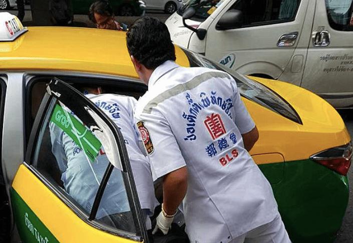Incidente in taxi mentre si trucca, la matita le perfora un occhio