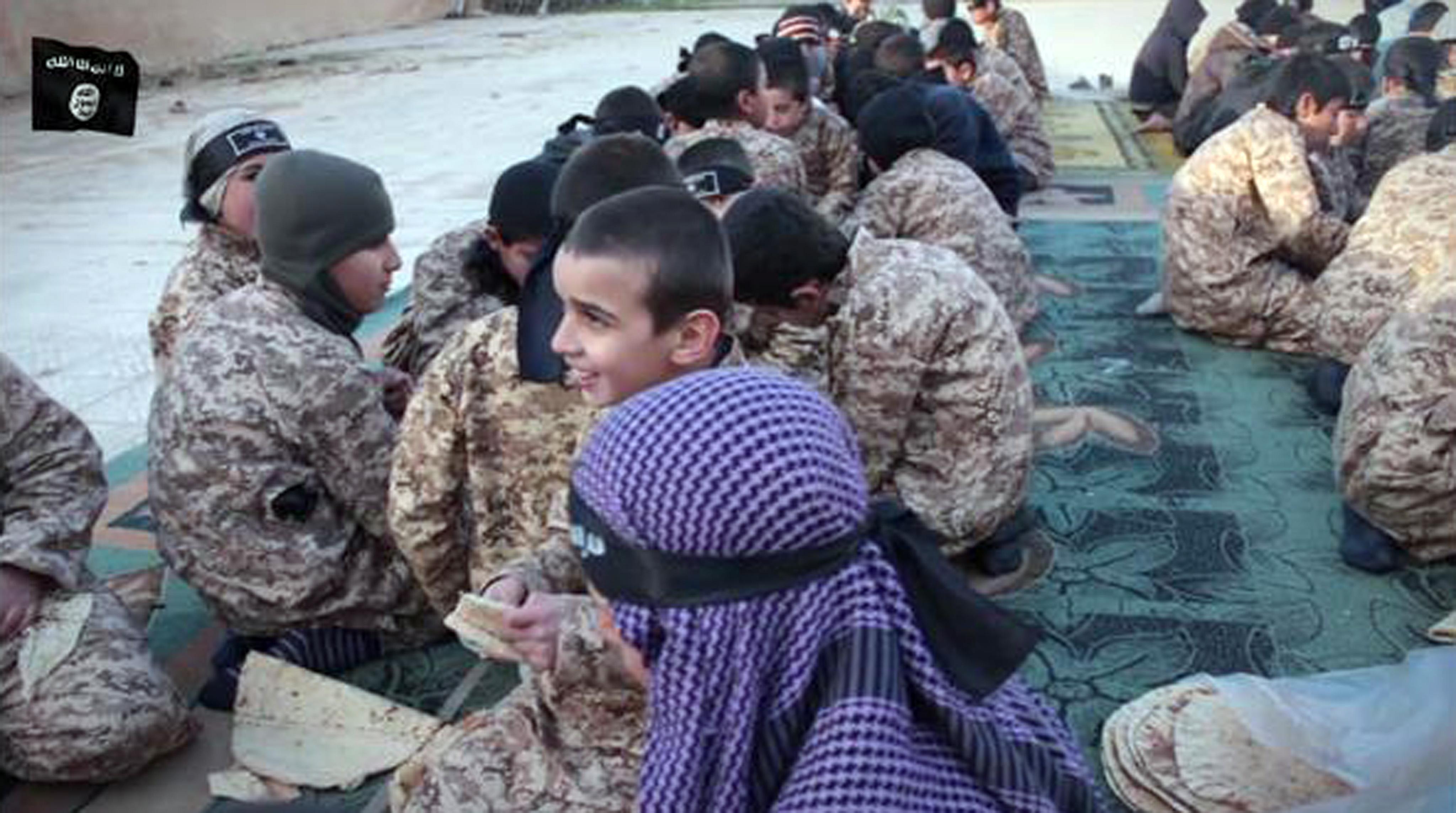 Isis, il feroce addestramento dei bambini: 'Tagliali un piede!'