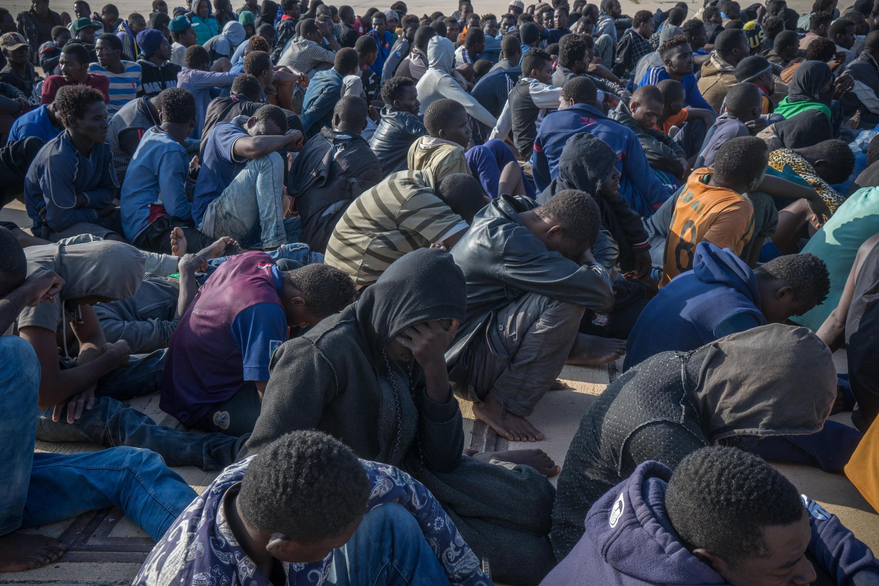 Migranti, rom e abusivi: prima bisogna normalizzare questo Paese