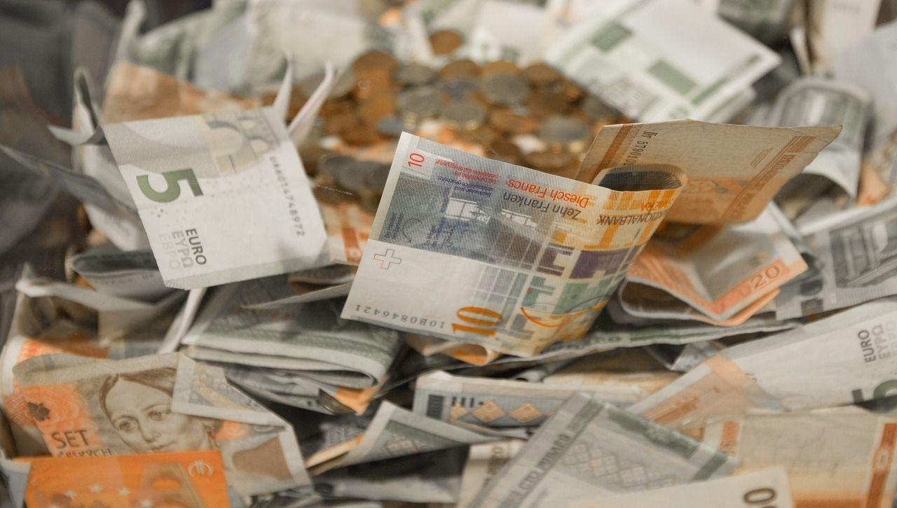 Padova, volano in strada 1200 euro il traffico va il tilt ed è caccia alle banconote