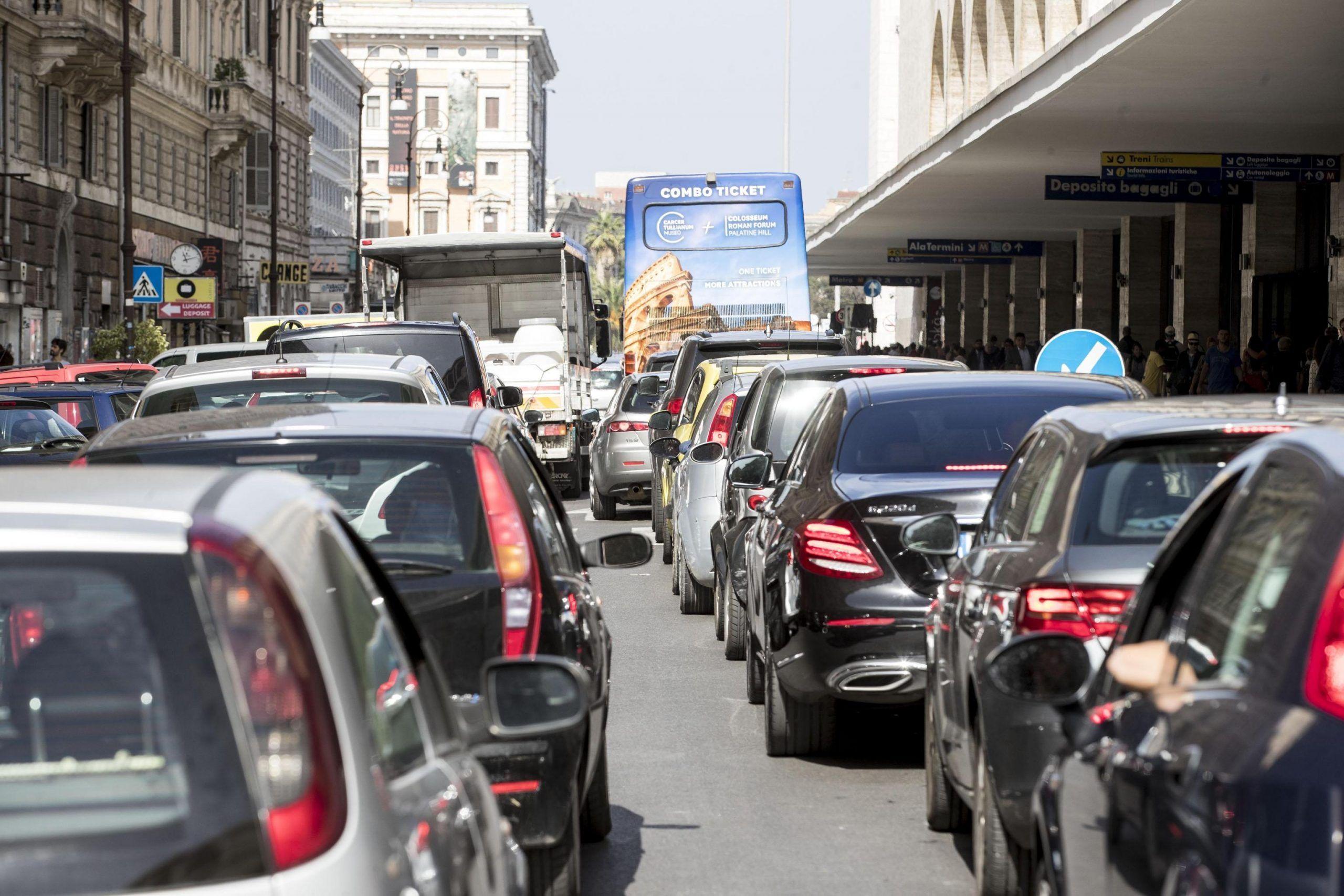 Parcheggiano in doppia fila bloccando il bus poi massacrano chi protesta