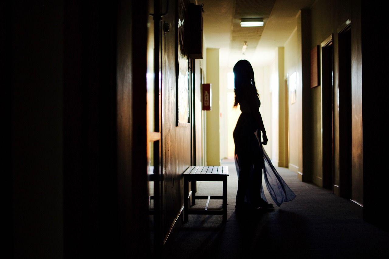 Prostituta cinese minacciata col coltello: cliente 80enne si rifiuta di pagare in anticipo