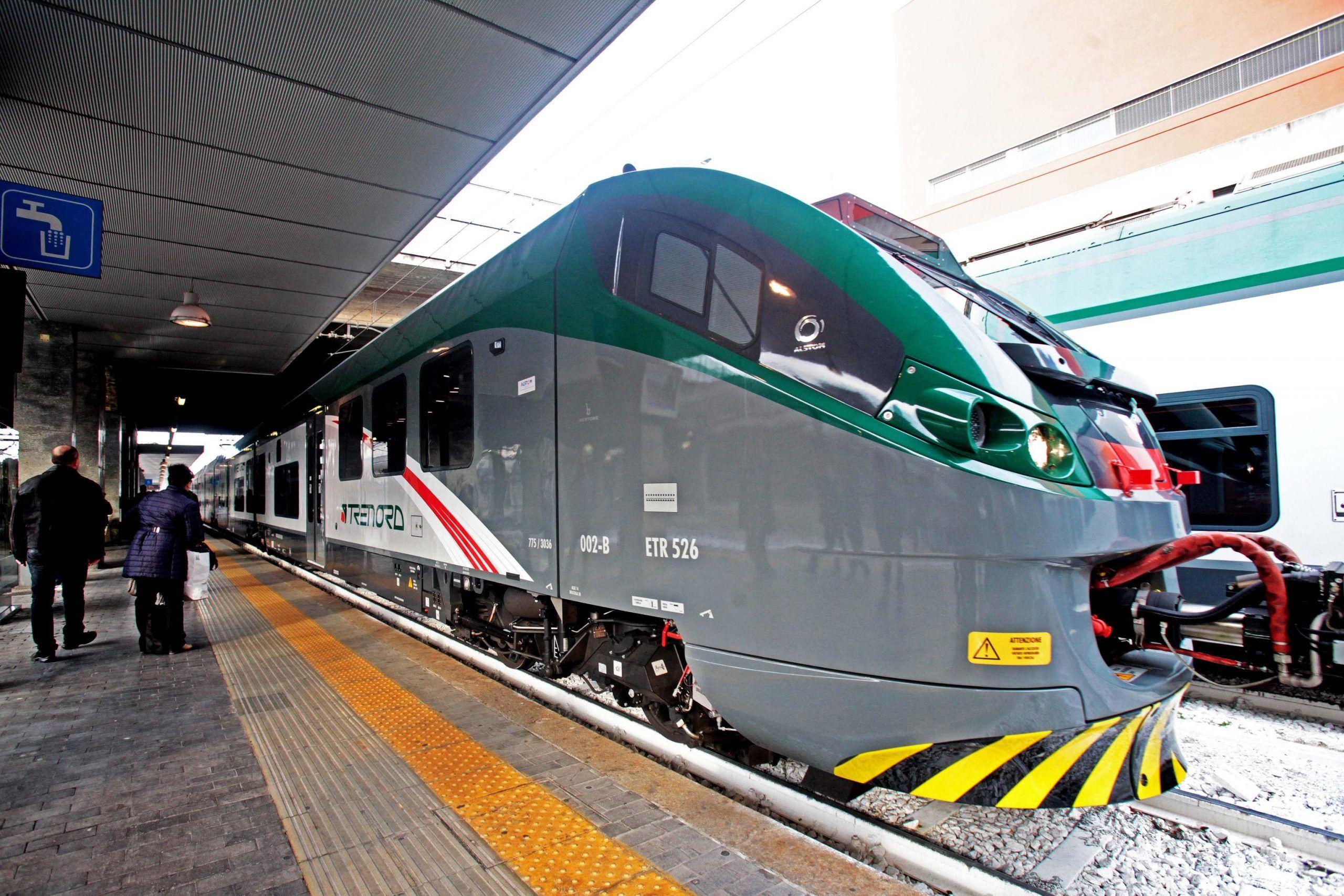 Treno fermo sui binari per due ore: i passeggeri scesi rischiano una multa