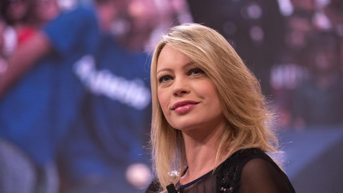 Anna Falchi, le avances da parte di un ministro di sinistra: 'Mi diede un pizzicotto sulla coscia'