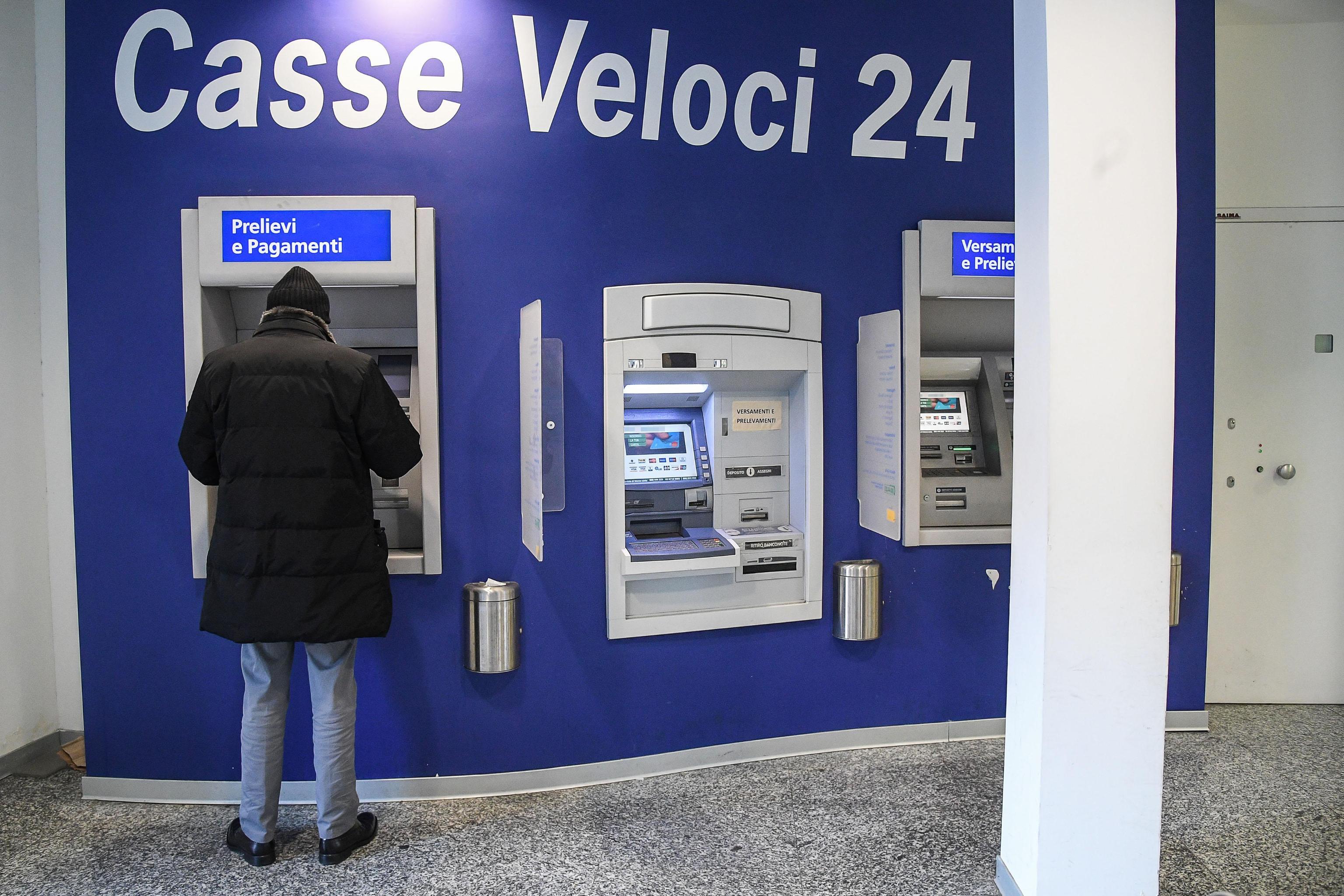 Sospetta la clonazione del bancomat ma scopre il tradimento della moglie