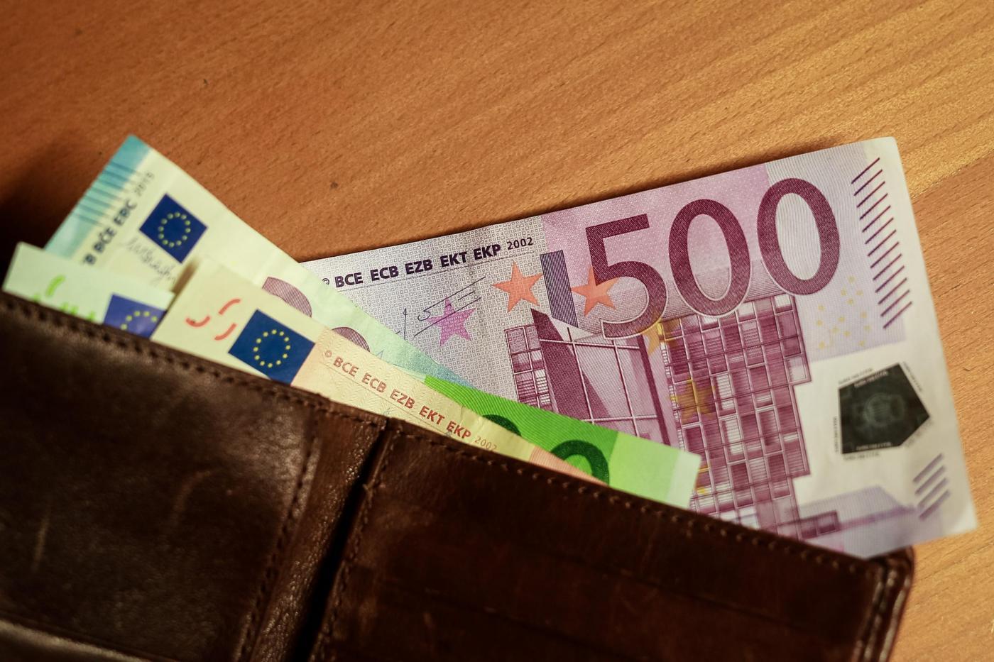 Rom restituisce un portafoglio con 2000 euro trovato in strada