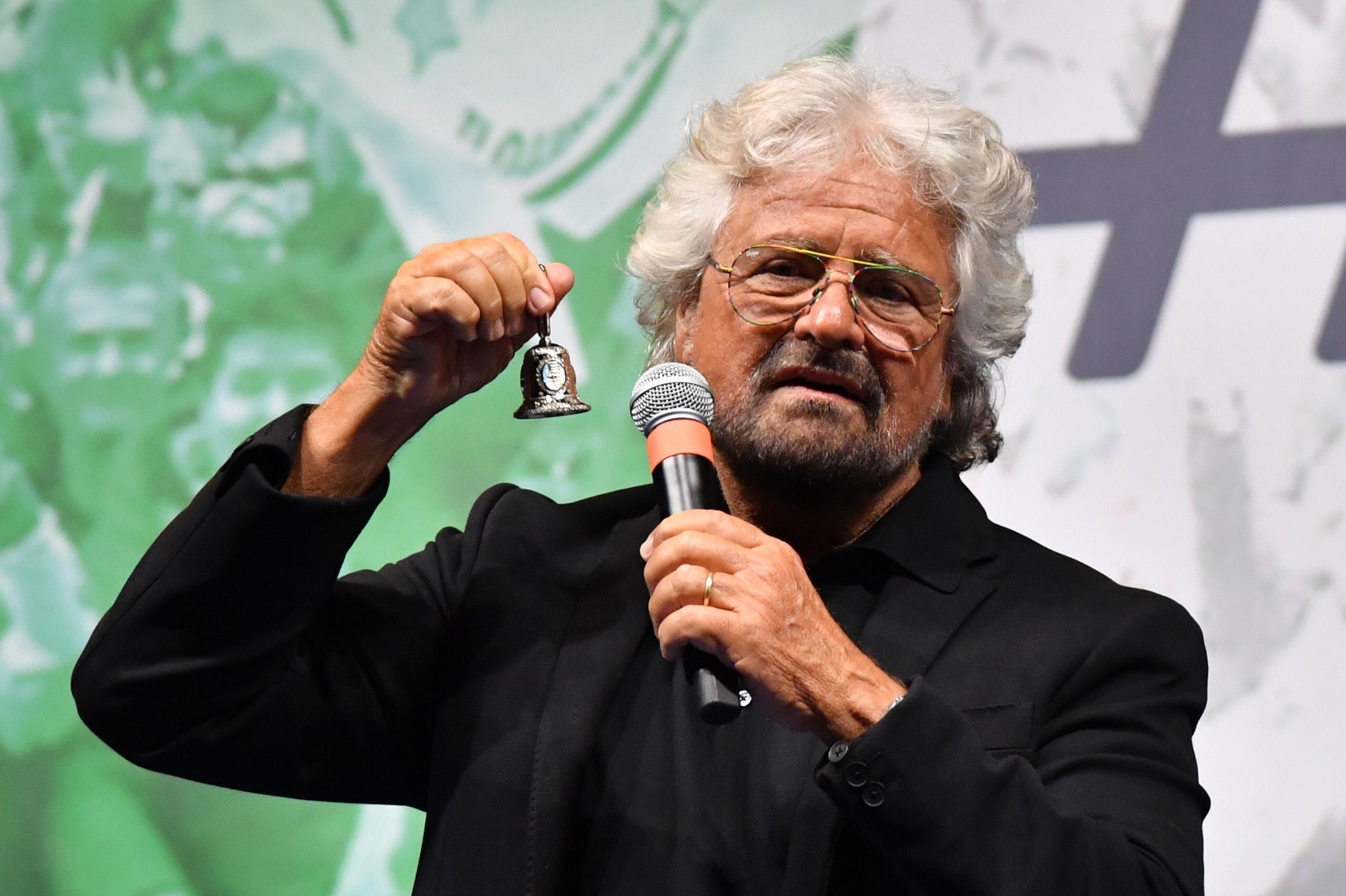 'Sorteggiamo chi va in Parlamento': Beppe Grillo critica il sistema delle elezioni e lancia la sua proposta