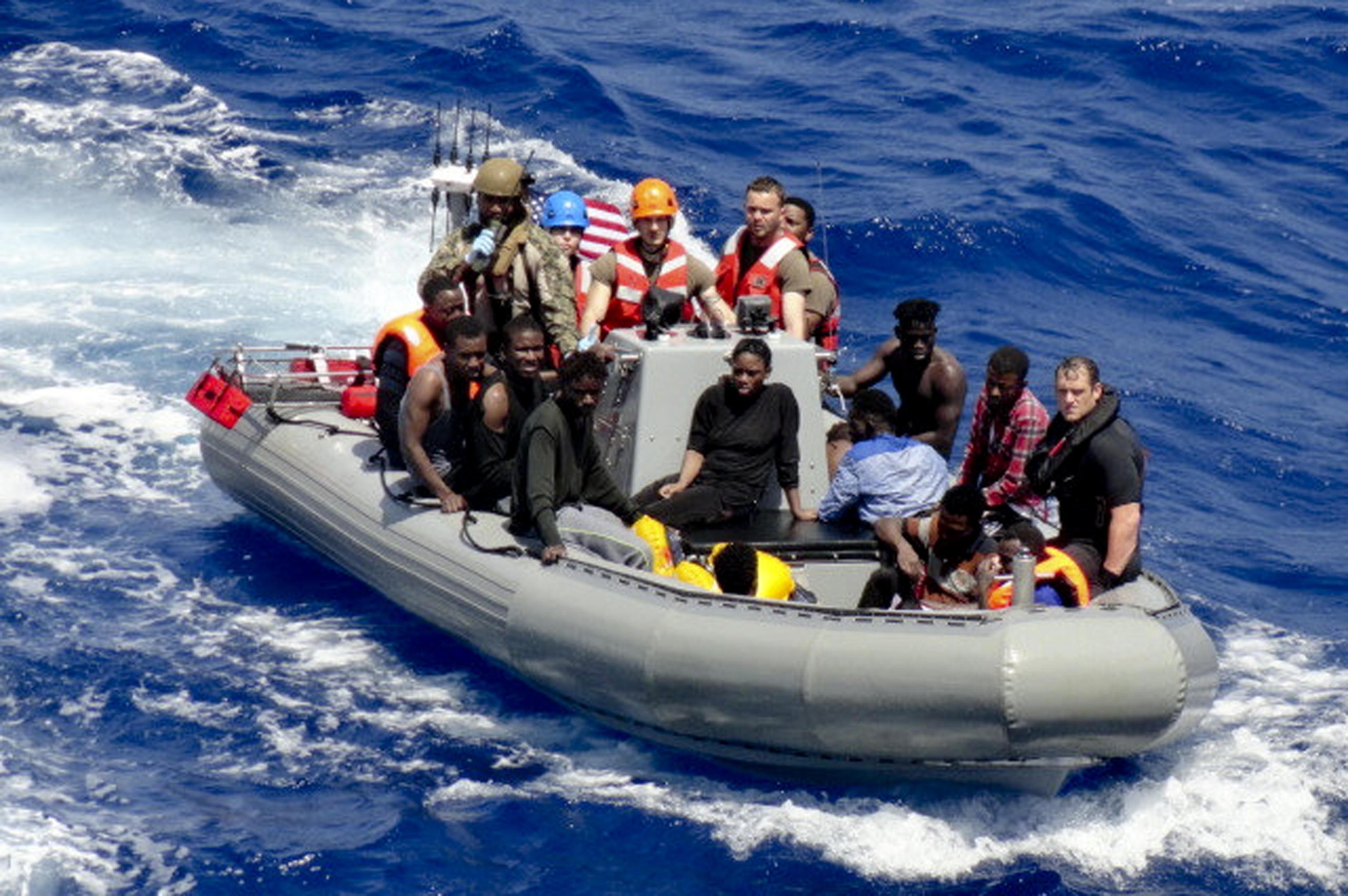 Migranti Sea Watch e nave Usa con superstiti