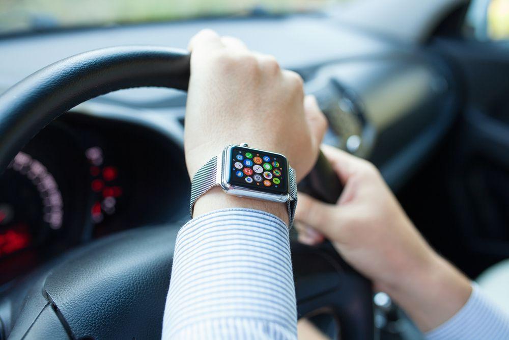 Usa troppo l'Apple Watch durante la guida, viene fermata e multata