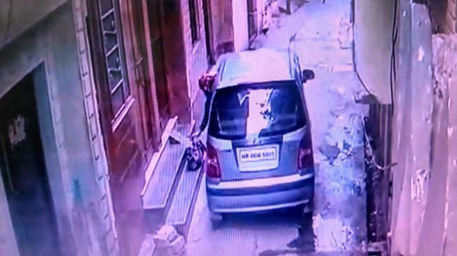India, il video della donna che abbandona una neonata in strada