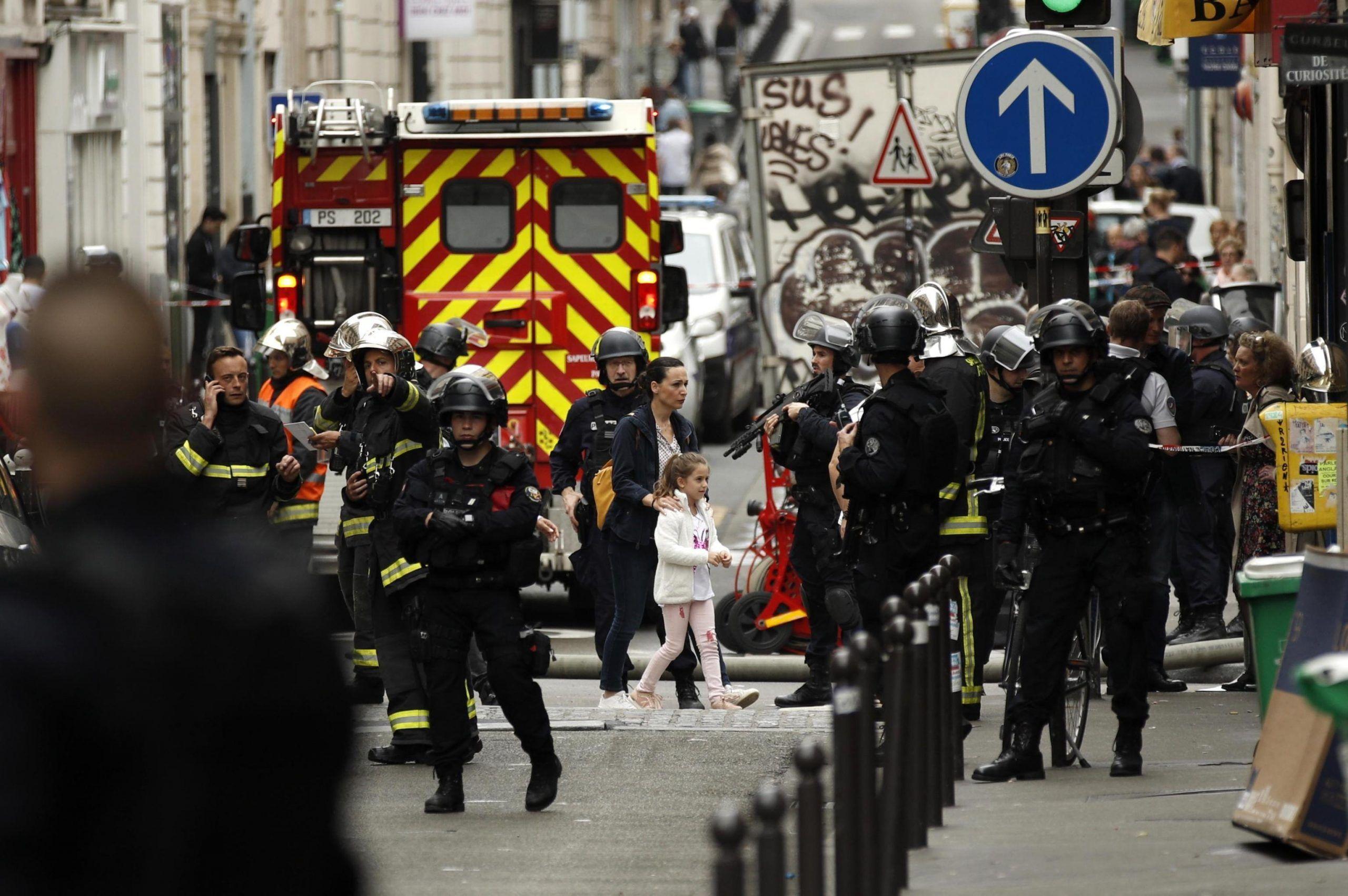 Parigi, uomo armato tiene in ostaggio tre persone