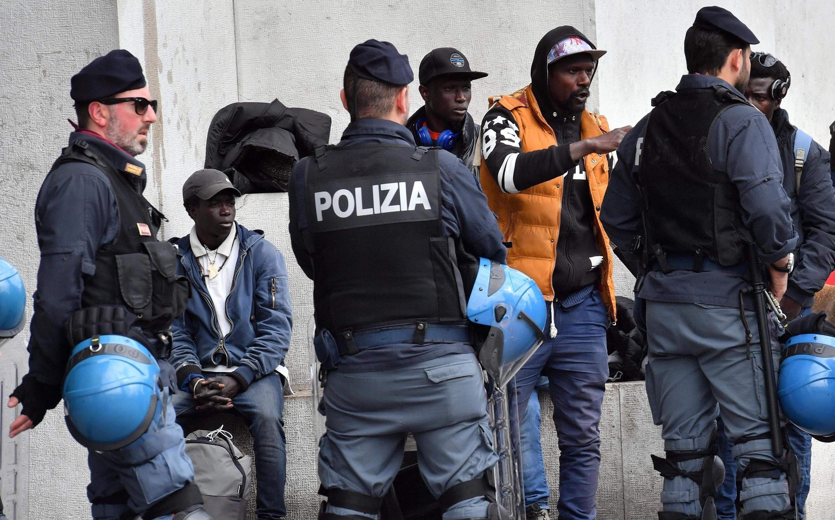 Rissa tra immigrati a Napoli: volano bottigliate, residenti impauriti, polizia circondata