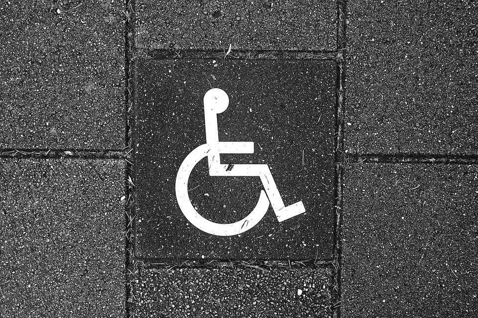 Niente gita per la bambina disabile di 9 anni il pullman non ha lo scivolo per la carrozzella