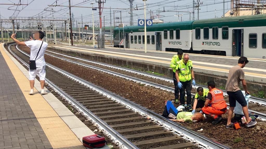 Il selfie della vergogna, scattato davanti ad una donna investita dal treno