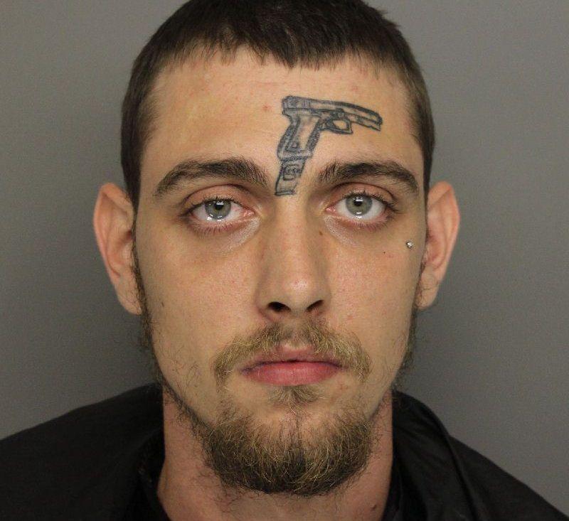 Gli viene proibito di possedere una pistola, se la tatua in fronte