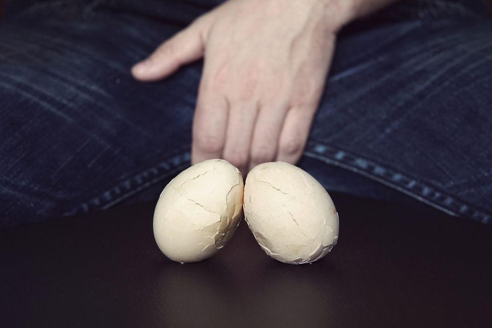 Montecatini: lui la picchia e lei gli addenta lo scroto, testicoli quasi tranciati