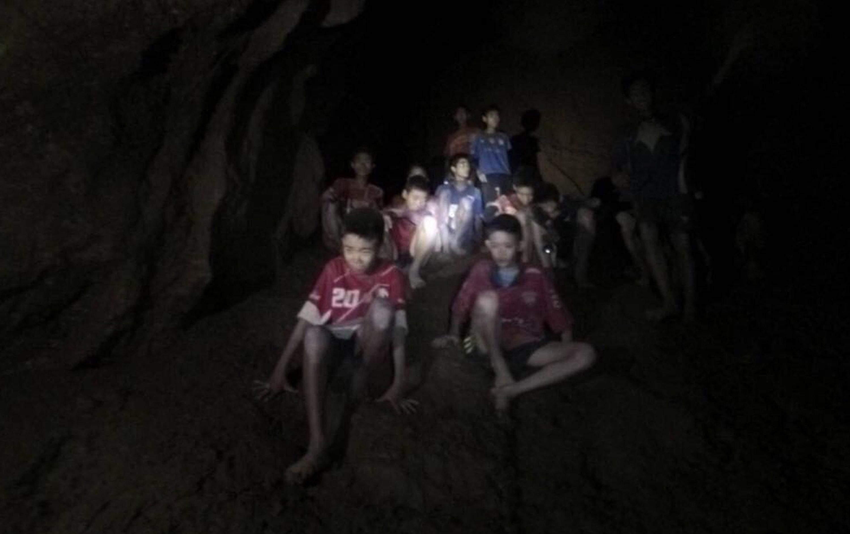Bambini nella grotta in Thailandia