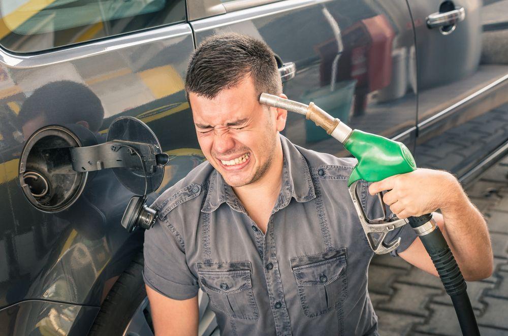 Caro benzina: il prezzo del carburante continua a salire, ma quanto guadagna un benzinaio da ogni litro?