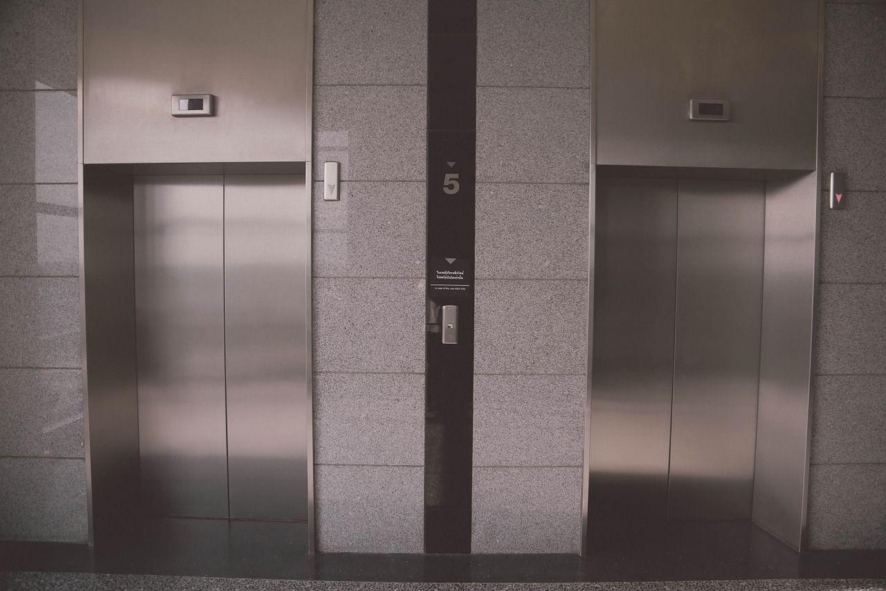 Cade nel vuoto mentre pulisce l'ascensore in un palazzo: muore a 21 anni Salvatore Caliano