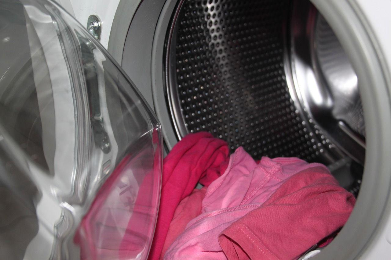 Colorado bambina di chiude nella lavatrice e improvvisamente parte il lavaggio automatico