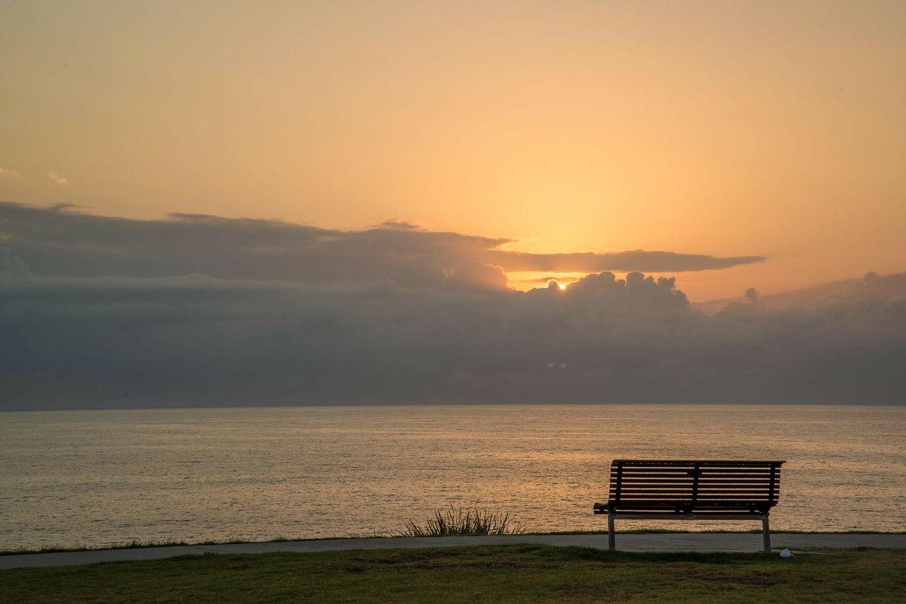 Gaeta, l'immagine dell'amore: un anziano in riva al mare con la moglie in una foto