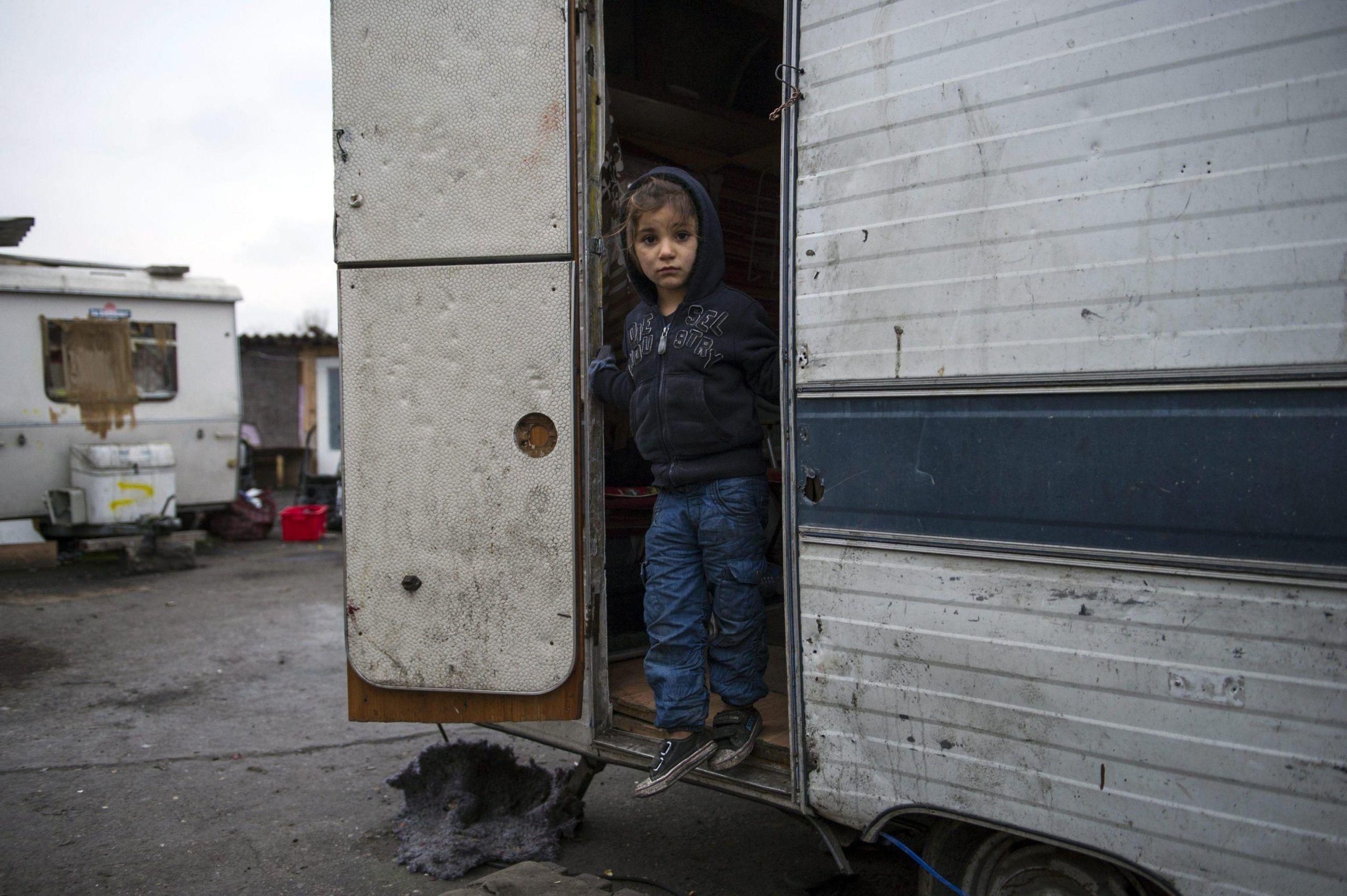 Giallo a Roma bambina rom ferita, un piombino è stato estratto dalla sua schiena