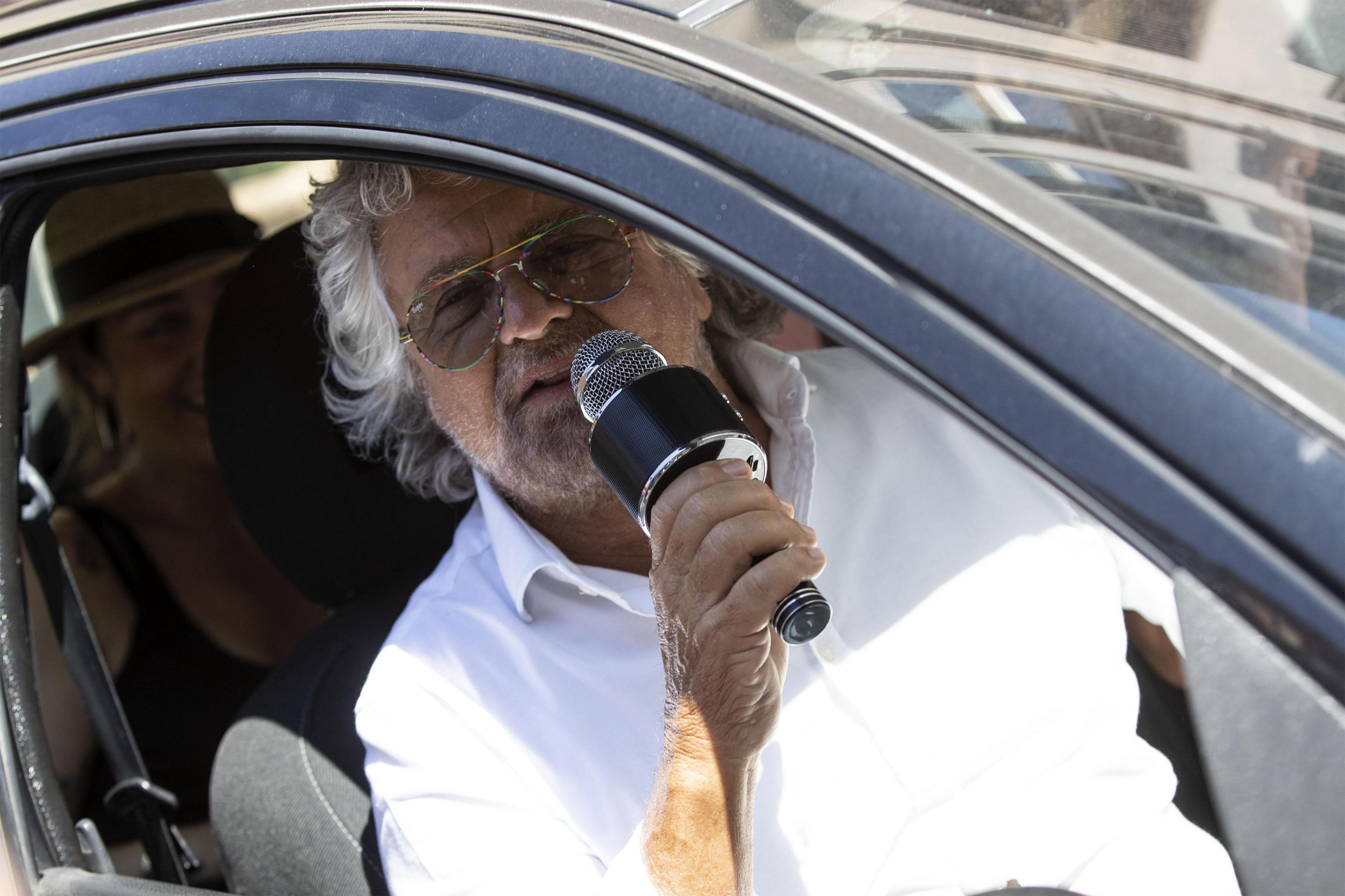 Grillo si improvvisa 'moralizzatore del traffico' e mentre l'auto salta nega l'esistenza delle buche