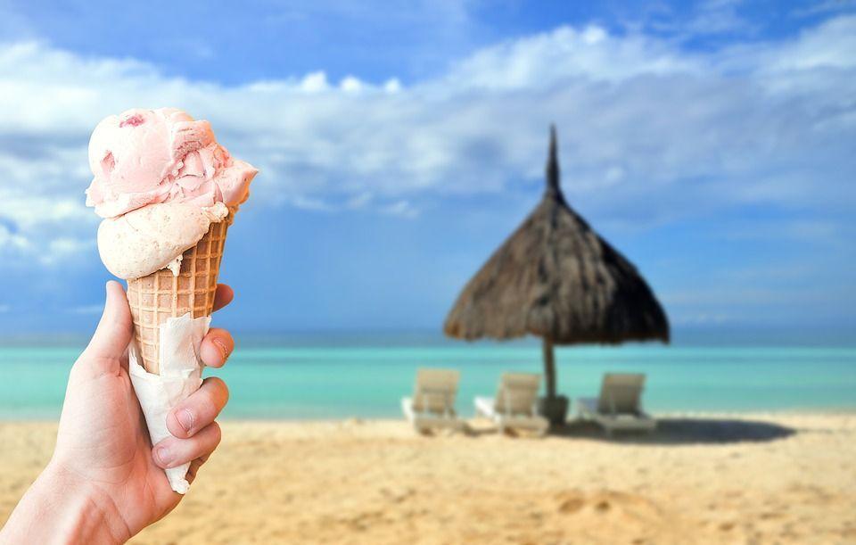 Niente cibo in spiaggia: multe fino a 500 euro per chi mangia la pizzetta in riva al mare