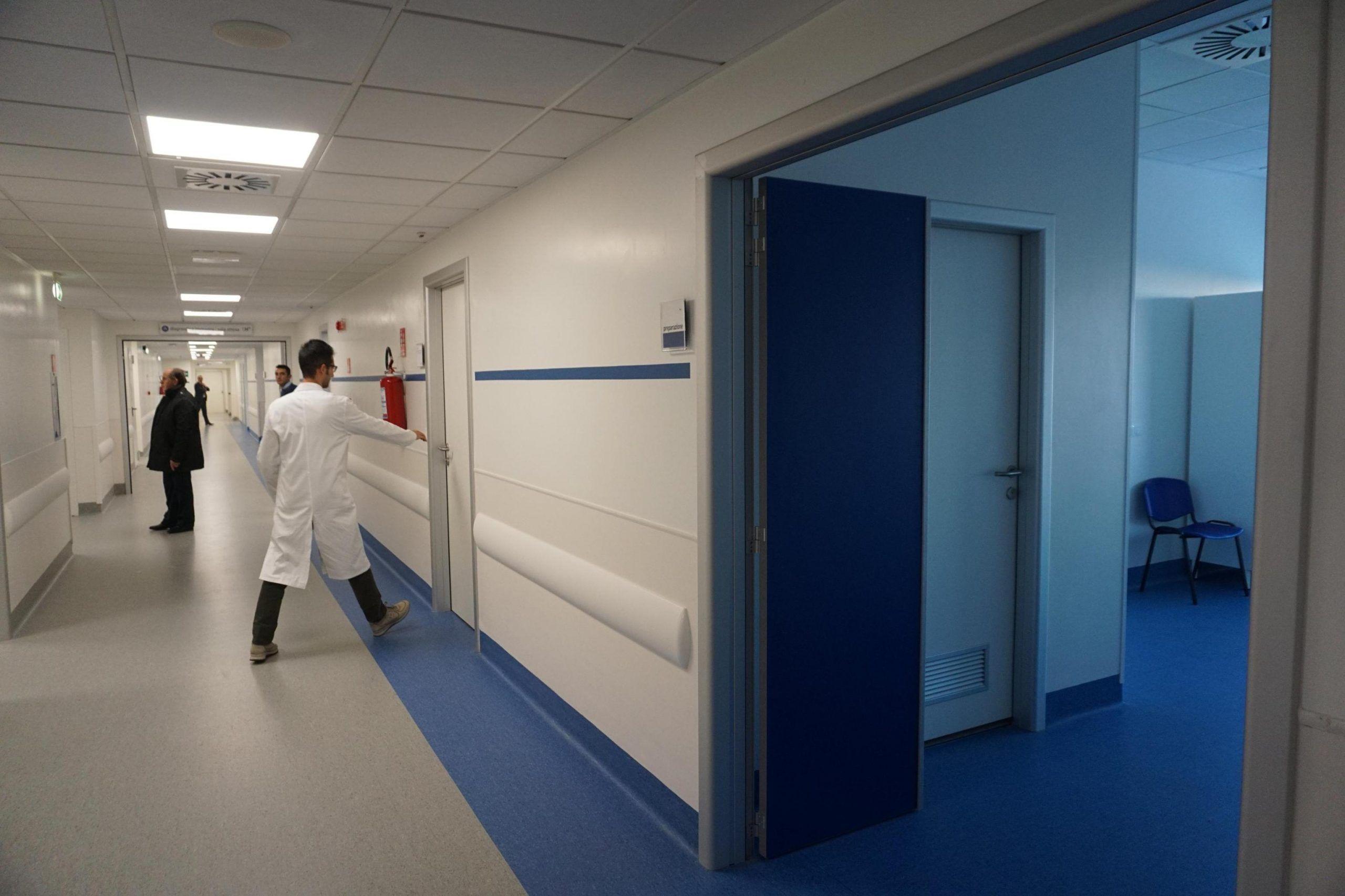 Primario dell'Ospedale del Mare di Napoli chiude il reparto per organizzare una festa