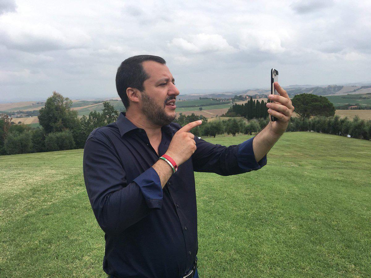 Siena: Salvini in visita nella villa del boss confiscata alla mafia, si tuffa in piscina