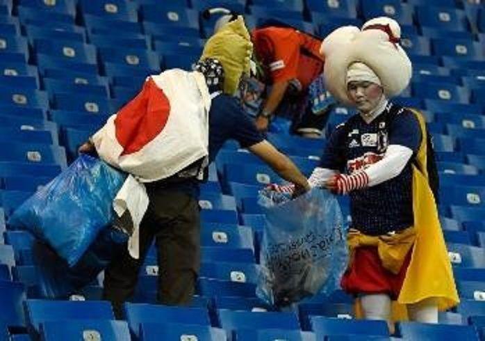 Tifosi giapponesi puliscono spalti al Mondiale Russia 2018