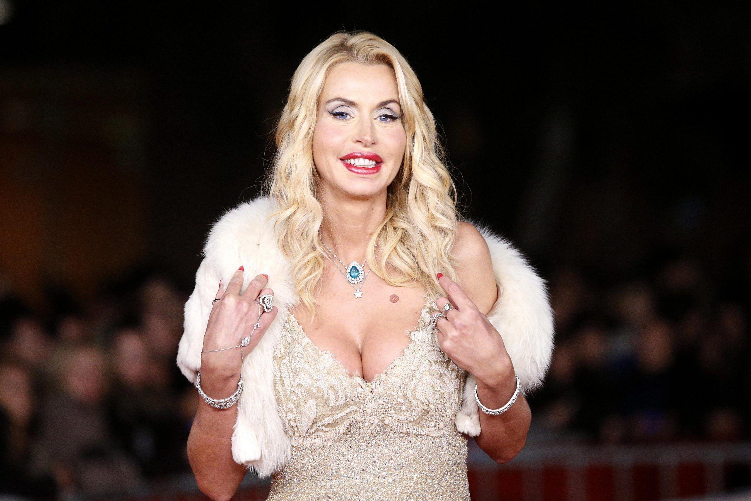 Valeria Marini: 'Se non fossi stata showgirl avrei fatto la missionaria'