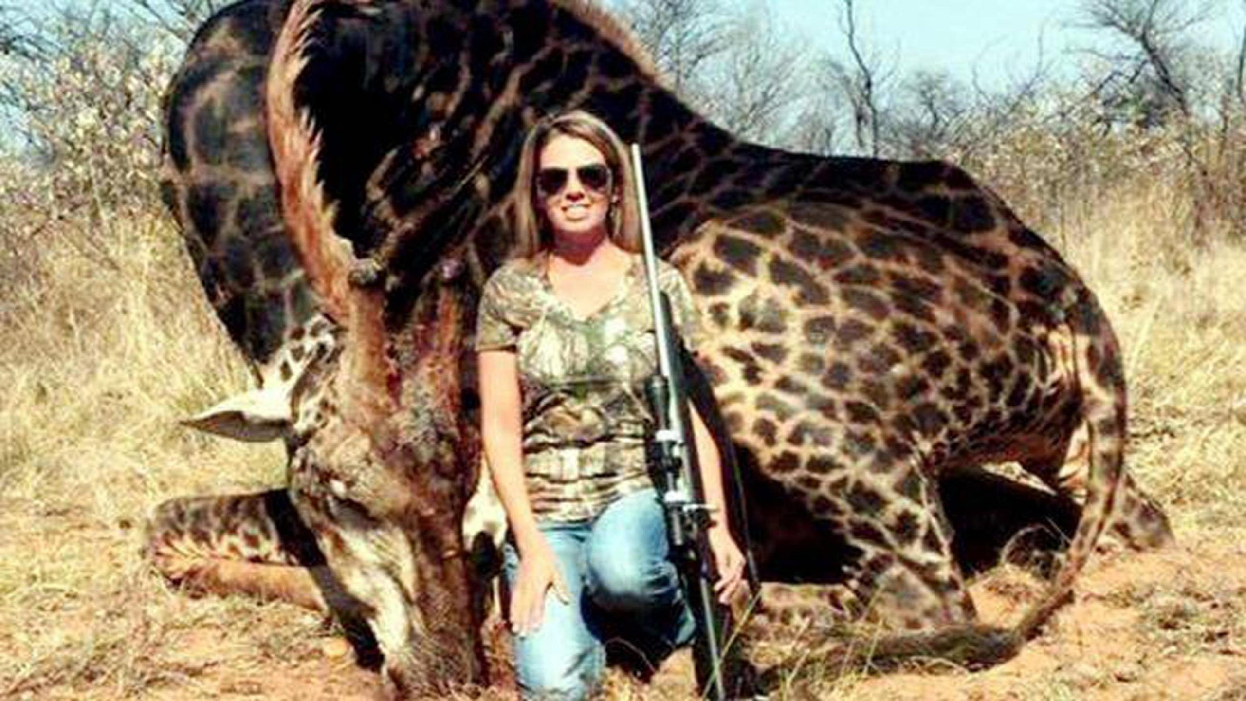 Uccide una rara giraffa nera e posta la foto su Facebook: scatta la tempesta social