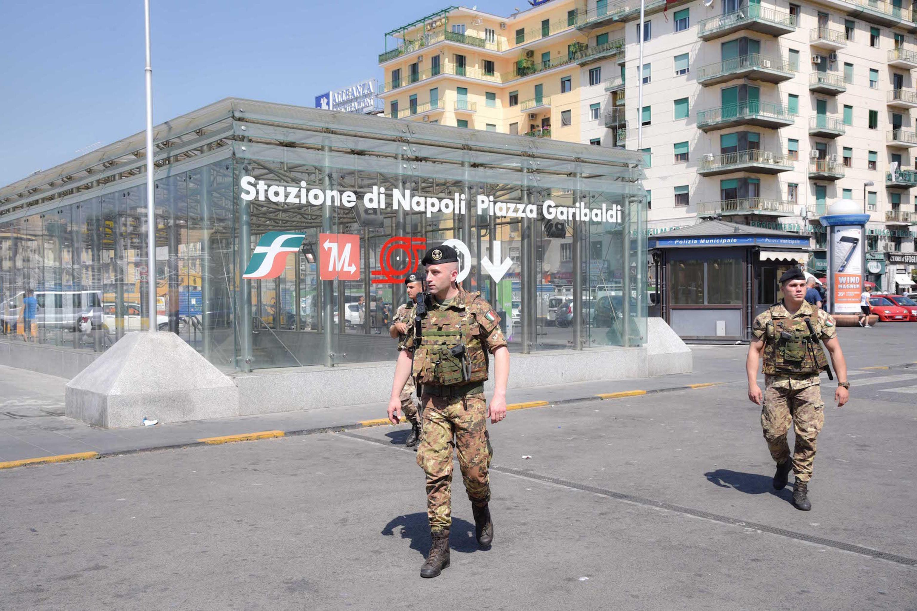 Napoli: africano aggredisce passanti senza motivo, interviene l'Esercito
