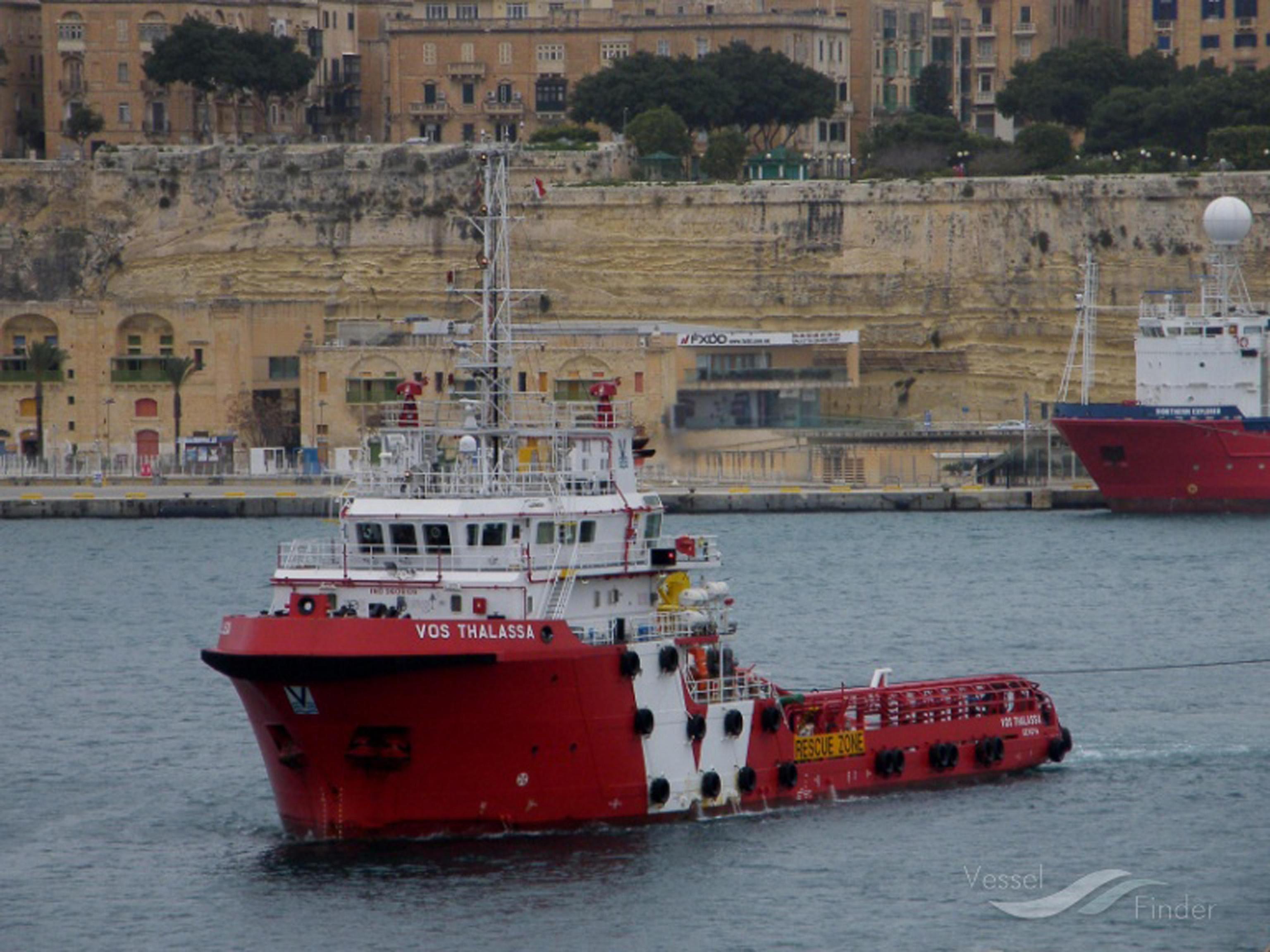 Migranti Vos Thalassa trasferiti su nave Guardia Costiera