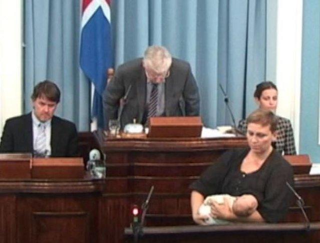 parlamentare islandese allatta figlio in parlamento
