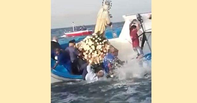 Roccalumera, Messina: alla processione in mare il sindaco finisce in acqua